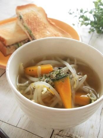 サバの水煮缶、カボチャ、もやしで作るコンソメスープ。野菜は冷蔵庫に余っている野菜でも作れるので、長期保存がきくサバの水煮缶を常備しておけば、いつでも手軽に美味しいスープをいただけそう。