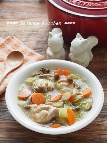 鶏もも肉、キャベツ、にんじん、しめじ、ショウガで作る、こちらもボリューム満点のおかずスープ。弱火で煮込むだけで、コンソメと鶏もも肉のコクとうま味たっぷりの、美味しいスープが作れるので、その間にもう一品作れて便利な時短レシピです。
