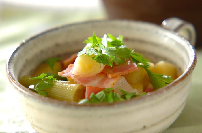 白ネギ、ジャガイモ、ベーコンで作るコンソメスープは、ベーコンのうま味たっぷりのスープでトロッと煮込んだやわらかいネギ実に美味しく、いくらでもいただけそう。ジャガイモが入る事でボリュームもよりアップするので、これだけで満足できそう。