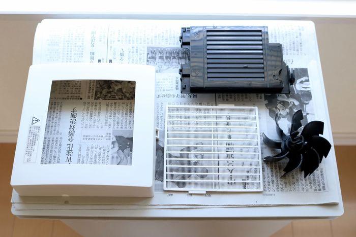換気扇のパーツを分解して丸洗いすると、掃除機だけでは取り切れないような、細かい部分のホコリや汚れも綺麗にできます。普段なかなかお掃除できない高い場所は、ぜひパパにお願いしてスッキリ綺麗にしてもらいましょう。