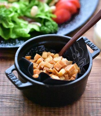 コンソメスープやポタージュなどに、あるとより美味しくなるクルトンも手作りしてみませんか?こちら、春巻きの皮で作るクルトンは、サクサク軽い食感も◎。しかもまとめて作って冷凍や冷蔵保存ができるので大量に作って保存しておくと良さそう。