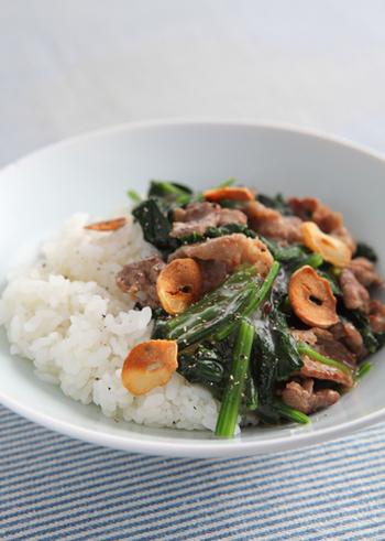 濃いめのコンソメスープで作るホウレンソウと牛肉のどんぶりは、中華丼風のボリューム満点のどんぶりです。手早く作れて美味しく見た目も◎のどんぶりはお家の定番になりそう。