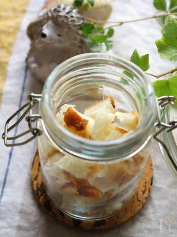 フランスパンで作るノンオイルのクルトン。オーブンで焼くだけの簡単なレシピで、密閉容器やジップロックに入れて冷蔵庫で一週間ほど保存できるので、時間のあるときやパンが余った時に作っておくと◎。