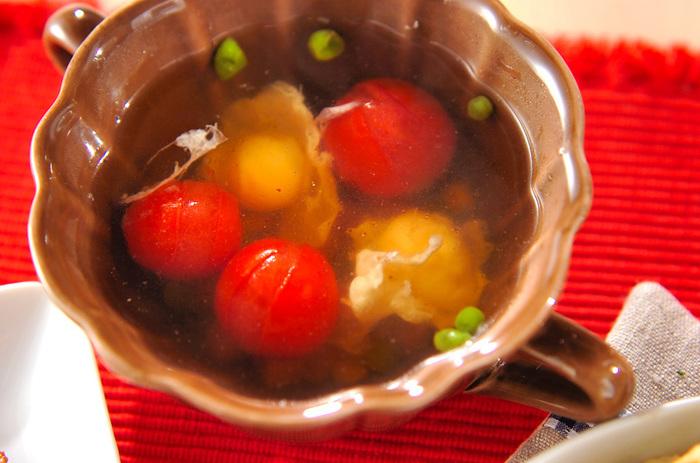 卵のコンソメスープは、溶き卵を流し入れて作るレシピが多いのですが、こちらはウズラの卵を割り入れて作る、見た目も可愛らしいコンソメスープです。プチトマトとミックスベジタブル、そして割入れたウズラの卵が実にカラフルで見た目もバッチリ。