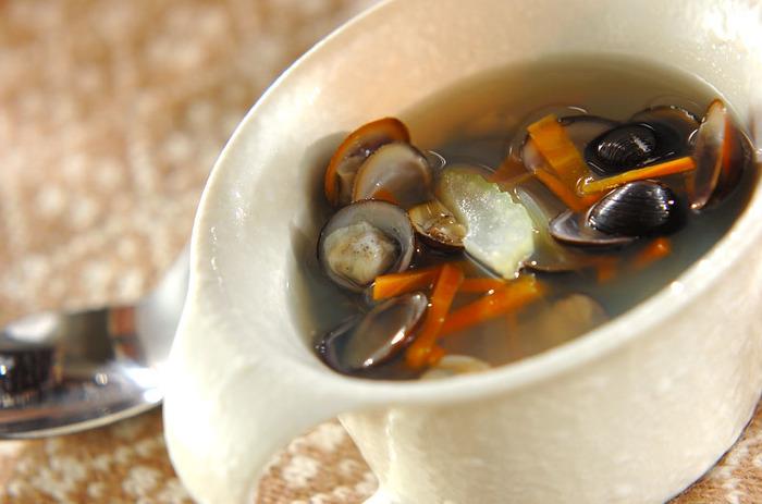シジミとコンソメも相性バッチリ。シジミだけだと見た目が暗くなりがちですが、こちらのスープはニンジンとセロリが入っていて彩りも良く、より美味しくいただけそう。