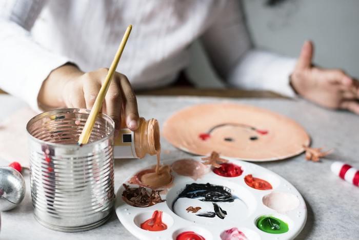 「画用紙に丸が描けた!」と最近まで喜んでいたのに、あっという間に、頭や手足が描けるように。その次は体を描けるようになったり・・・と、絵を描くことは子どもの成長が手に取るように分かる方法の1つでもあります。 様々な色を使って鮮やかな絵を描いたり、細かい絵を描いたりと、子どもが描いた絵をじっくりと観察してみたいですね。