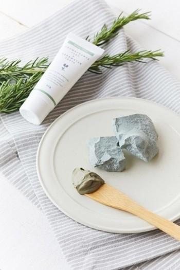 クレイの吸着力で肌の汚れや角質をすっきり取り除いてくれる、100%天然由来原料を使用したパックです。  クレイ&ハーブウォーターペースト/アロマフランス