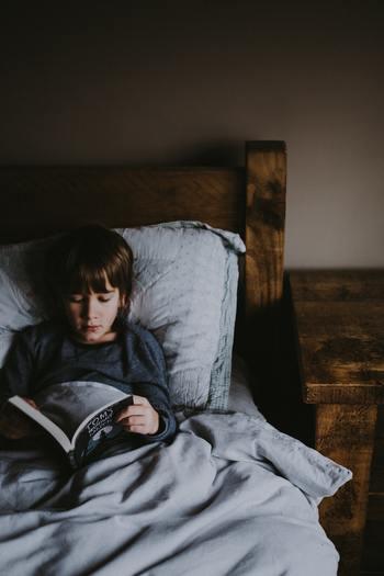 あなたのお子さんは、いつもは好きな本を1人で読んでいますか。今日は、久しぶりに子どもが好きな本を読み聞かせしてあげてはいかがでしょう。 児童書となると、幼稚園の頃の絵本と比べて文字の数が多く、内容も難しくなっていて、読み聞かせするこちらの方が疲れちゃうかもしれません。それでも、少し難しくなった児童書の内容だからこそ、成長を感じられる会話や気づきに出会えるきっかけがあります。