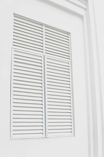 外気温がぐっと下がる夜間は、雨戸を閉めておくと室内の温度が下がりすぎず快適に。 合わせて窓のガタつきや隙間は、補修しておきましょう。