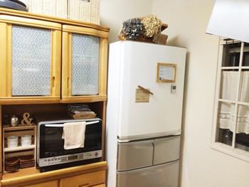 今までの家具や家電を買い替えなくても、カッティングシートを貼るだけで大変身!こちらはシルバーの冷蔵庫にホワイトのカッティングシートを貼ることで、キッチンにナチュラルさがプラス。