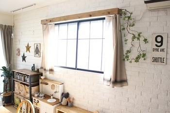 無機質になりがちなスチール製のカーテンレールも、木製のボックスで囲えばぐっとナチュラルな雰囲気に。杉板をカーテンレールの上にかぶせるだけなので、賃貸のお家でも安心して取り入れられるアイデアです。