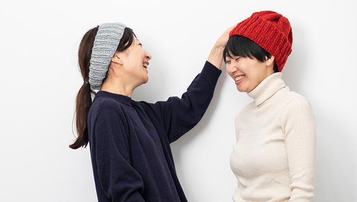 ニット帽やヘアバンドが作れる、中級者向けのキットです。どちらもシンプルなデザインなので洋服を選ばず、コーディネートしやすそう。