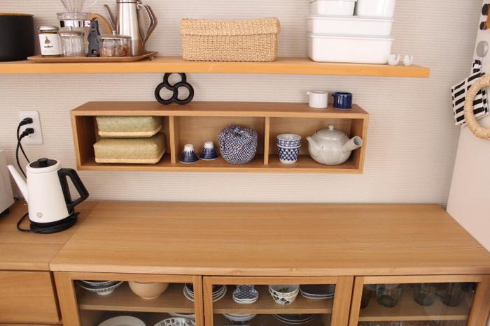 ロータイプの家具にはもうひとつメリットが。広く空いた壁面を使ってお気に入り雑貨のディスプレイを楽しんだり、壁面収納を充実させられることです。 好きなモノに囲まれて暮らせる恩恵は大きいもの。見せ場が活きる家具を選ぶことで飾ることも楽しめるようになりますよ。