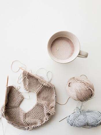 編み物は、初心者さんだけでなく経験者でも、はじめるまでのハードルがちょっと高いと感じる方が多いようです。そんな時は「編み物キット」の出番!おしゃれで可愛い手作りニットに、気軽に挑戦できますよ。