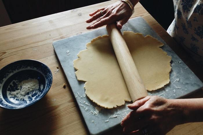 「お菓子やパン作りは女の子の趣味」と決めつけていませんか。実はとても力がいる作業が多いんです。 お菓子作りの生クリームのように泡立て器でずっと混ぜ続けないといけなかったり、パン作りは手ごねの段階がとても長くて力のいる作業だったりするので、ここは男の人にお願いしましょう。パパも大切!と、家族みんなで作ることを楽しみましょう。