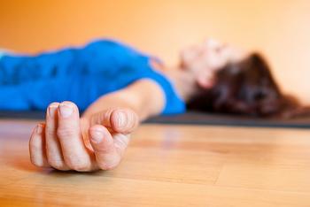 身体を温めるという意味でも、就寝前の軽い運動は良いとされています。軽いヨガやストレッチは、心を落ち着かせてくれるはず。