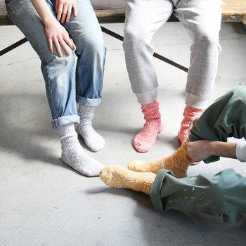 LUCKY SOCKS(ラッキーソックス)は、あたりが出たら靴下がもう一足もらえるという、とってもユニークなブランドです。コットンに和紙の糸をプレンドしたミックスリブソックスは、柔らかそうな風合いとカラーバリエーションで、何色も揃えたくなる魅力を持っています。