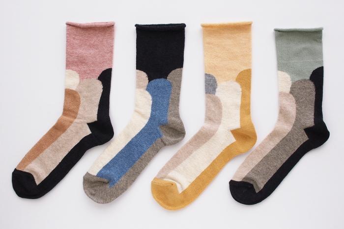 新潟の靴下工房で、こだわりを持って作られているこちらの靴下。ゴムが入っていないため履き心地も良く、カラフルなスカンジナビア柄はギフトとしても喜ばれそうですね。