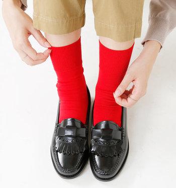 靴下は毎日履くものだからこそ、何にでも合わせやすいシンプルなものが良いという人も多いはず。でもデザイン性の高い靴下を選ぶだけで、コーディネートに素敵なワンポイントをプラスすることもできるんです。  今回はそんなワンアクセントにぴったりな、素敵な靴下をご紹介します。