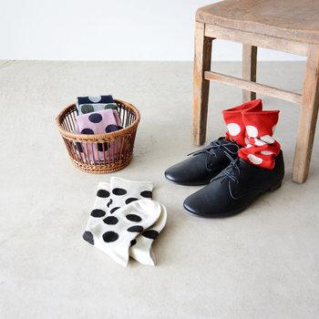 大粒のドット柄が印象的な靴下は、スカートやパンツの裾からちらりと覗かせたいデザインが魅力的ですよね。定番の白黒はもちろん、ピンクや赤など豊富なカラーが用意されているのも嬉しいポイント。