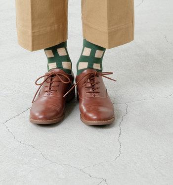 いつもシンプルな靴下を選んでいるという方は、ぜひちょっぴり派手かなと思うくらいの靴下を一足ゲットしてみてください。コーデに遊び心がプラスされ、なんだかワクワクしてくるのを感じられるはずですよ♪