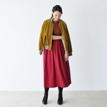 ウール素材で冬まで大活躍してくれるフレアスカートは、茶色のリブニットとマスタードカラーのライトアウターと合わせて季節感たっぷりに。明るめのカラーでまとめると、赤スカートの華やかさがグッとアップしますね。
