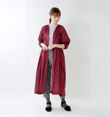 七分袖のシャツワンピースは、ボタンを全て開けて羽織として使うのもおすすめ。肌寒くなってくる季節には、長袖の上に重ねてもOKです。レッド系のアイテムをひとつ取り入れると、シンプルコーデもパッと華やぐのが魅力ですね。