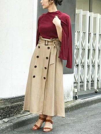 同色の半袖トップスとカーディガンセットになった、着回し力も抜群のアンサンブルアイテム。ベージュのトレンチスカートと合わせれば、トレンド感たっぷりの上品コーデに仕上がりますね。