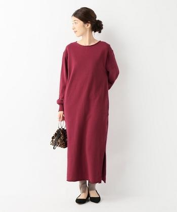 シンプルなロング丈のワンピースも、ボルドーカラ―を選べば女性らしい印象に。一枚でそのまま着てもナチュラルですが、レギンスを合わせたコーディネートもおすすめです。