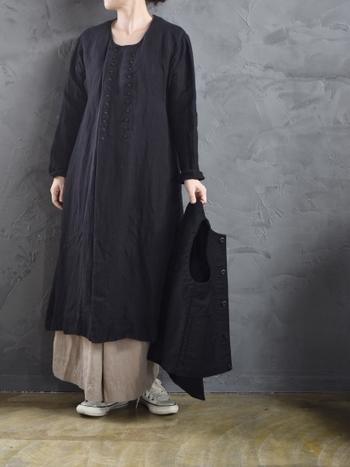 一枚で着ると思い印象になりがちな厚手の黒ワンピースは、ベージュのスカートを裾から覗かせて色味をプラスすることで軽やかな印象に。もちろんスカートだけでなく、タイトなパンツやワイドパンツなどを合わせてもOKです。