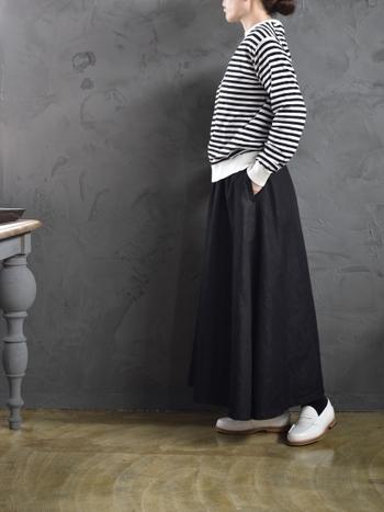 黒のデニムスカートは、どんなトップスと合わせても馴染む着回し力の高いアイテム。モノトーンのボーダーカーディガンと合わせれば、全身に統一感が出て大人のカジュアルコーデが楽しめます。
