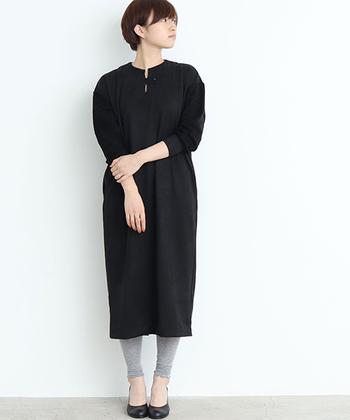 袖の部分に切替デザインの入った黒ワンピースは、真っ黒なアイテムよりも重たい印象になりにくい一枚です。トレンドアイテムのレギンスはグレーをチョイスして、シンプルなのにこなれ感のあるコーディネートに。