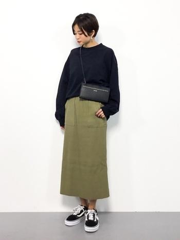 黒のシンプルなロンTは、ビッグサイズを選ぶことでゆとりをプラス。秋らしいカーキのタイトスカートに合わせて、小物はあえて黒でまとめています。足元をスニーカーにすることで、カジュアルさと軽さをアピールできるスタイリングに。