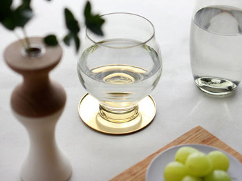 ゴールドがキラキラと輝く丸い形のコースターは、グラスに表情を与えるような煌めきが魅力のコースターです。どんなテーブルウェアとも相性が良く、料理のテイストを選ばないのも嬉しいポイント。
