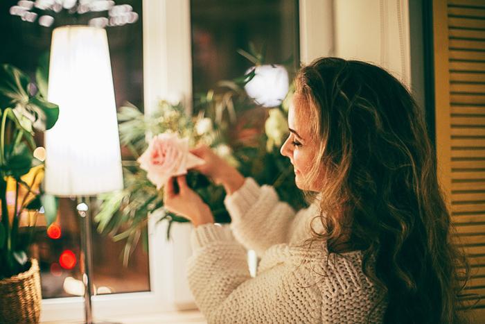 ベランダでお花を育てたり、近くのお花屋さんで気になったものを一輪だけ飾る。たったそれだけでもお部屋の雰囲気も明るくなり、自分自身の心も前向きになります。そして毎日花を愛でることで、例えば「今日は元気がないな」「今日は生き生きと嬉しそうだな」など、ちょっとした花の変化に気付けるようになっていきます。