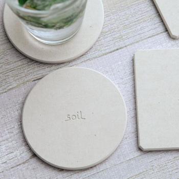 グラスの水滴を吸収し、速乾性も兼ね備えている珪藻土性のコースター。来客用としてはもちろん、ご自宅でデイリー使いのアイテムとしても活用したいコースターです。