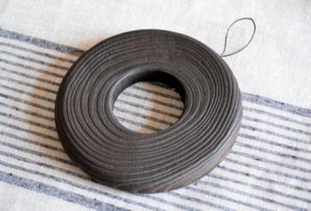 金沢桐工芸の老舗である岩本清商店が作っている、桐材のドーナツ型鍋敷きです。表面は焼き付けて仕上げているので、焦げ付きの心配がないのがポイント。土鍋などを置くのにもぴったりな風合いですね。
