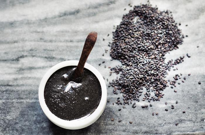 カルシウムや食物繊維を多く含み、健康効果が高いとされるセサミンが豊富なごま。さらに、アントシアニンもたっぷりで、毎日の食生活にぜひ取り入れたい優秀食材です。