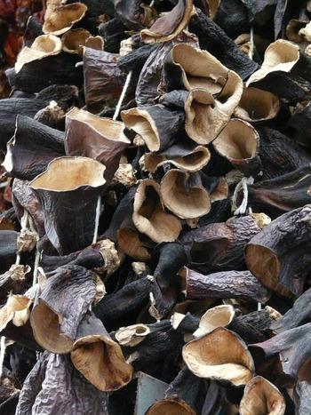きくらげには、食物繊維や、カルシウムの吸収を促し骨を強くしてくれるビタミンDがいっぱい。きくらげは味にくせがないので、炒め物や汁物などにも簡単に加えることができます。