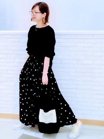 ふんわりと広がるフレアースカートに合わせる時は、トップスをタンクインしてコンパクトにまとめてあげましょう。足元を白のスニーカーにして抜け感を出すと、黒☓黒のコーデでも重たい印象になりません。