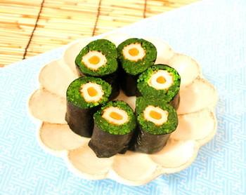 そのままでご飯とともに食べることの多い海苔ですが、写真のような海苔巻きも可愛いのでは?ほうれん草とちくわを海苔で巻けば、立派な副菜になります。お弁当などに入れても映えそうですね。