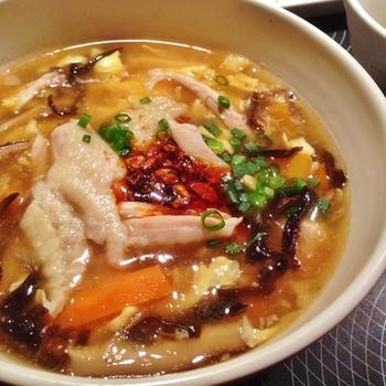 うまみと酸味の絶妙な酸辣湯。骨付き肉の手羽先からもいい出汁がとれるアイデアレシピです。きくらげのコリッとした食感もポイント。じんわりと体にしみるおいしさです。
