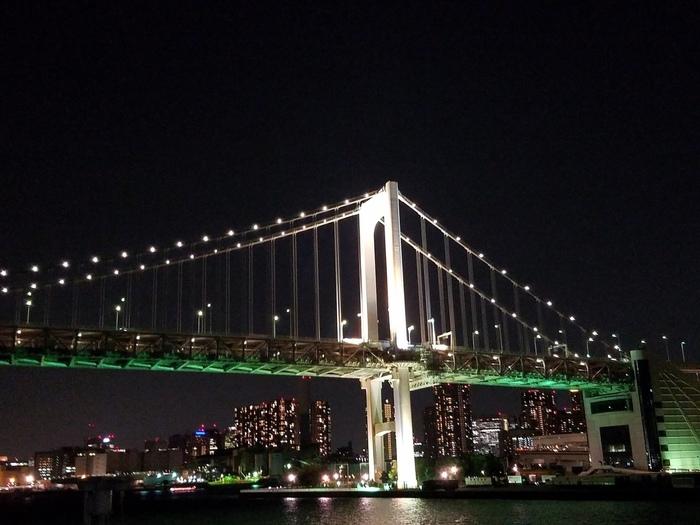 夜は、お台場をはじめ、東京タワー、晴海ふ頭など周辺の美しい夜景を楽しめます。