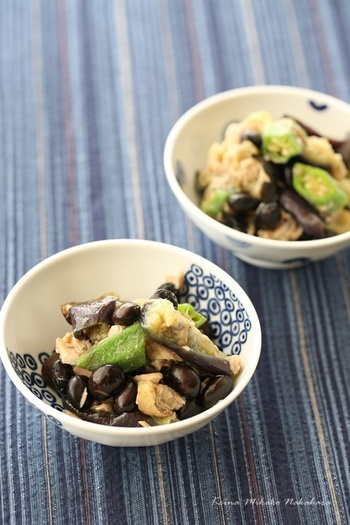 健やかな体や美しさを支えてくれる黒の食材。ぜひ、黒豆や黒米、黒ごま、黒酢などを毎日の食生活に。時間がなくても、工夫次第で取り入れることはとても簡単。お食事の前に、今日は黒いの入っているかな…とチェックしてみてくださいね。