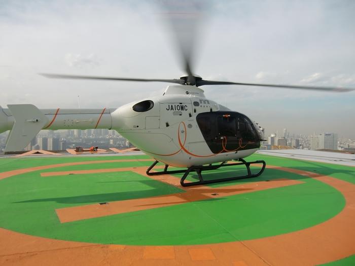 なかなか乗る機会の少ないヘリコプターですが、遊覧ツアーなどもあり、予約をすれば誰でも乗ることができます。ヘリコプターで上空から東京の景色を眺めるなんて、夢のようですね。