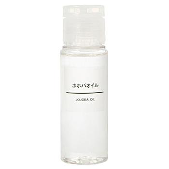 化粧品などの成分にも含まれているホホバオイル。 ホホバオイルとは「ホホバ」という植物の実や種から抽出される天然オイルです。主成分である「ワックスエステル」は人の肌の角質層に20~30%も含まれているため、ワックスエステルを含んだホホバオイルは人の肌に非常に馴染みやすいオイルです。