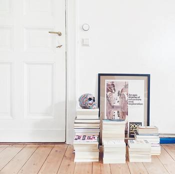 額に入ったポスターは、無造作に床に置いてもおしゃれです。積み上げただけの本も素敵なインテリアになりますね。