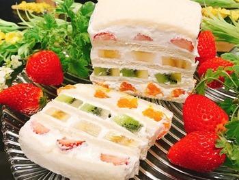まさにフォトジェニックな4段重ねのフルーツサンド。パン→クリーム→スライスフルーツを繰り返しますが、必ず最初からラップの上で作業を行います。積み上げたらラップで包み、冷蔵庫でしばらく冷やしましょう。