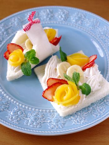 忙しい朝にも簡単に作れる、花束のようなオープンフルーツサンド。食卓に並べただけでうれしくなってしまいますね。