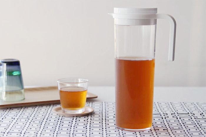 料理をする時間が無い!という場合であっても取り組みやすいのがお茶を作ること。ペットボトル飲料を購入するよりも大体1/10ほど費用を抑えられます。水出しできる麦茶なら、ティーバッグを水に放り込んでおくだけで作れるので、忙しい人でも簡単ですね。